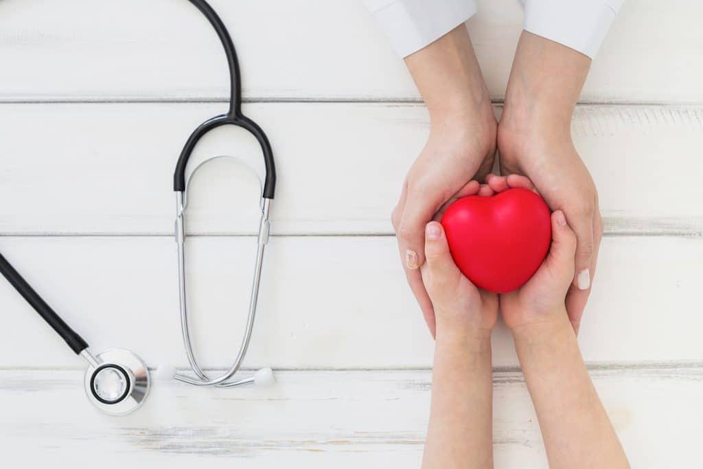 Lekarz i pacjent z sercem w dłoniach