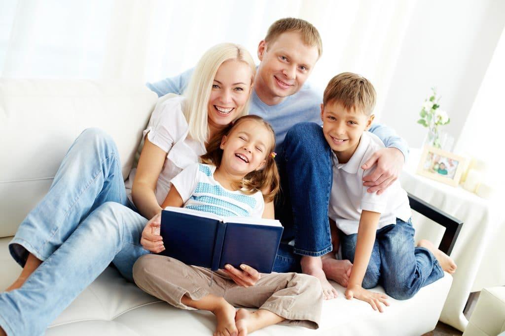 Szczęśliwa rodzina we wnętrzu