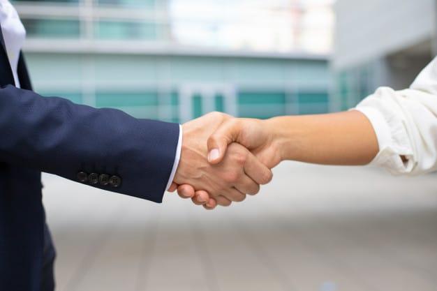 Dwoje ludzi podających sobie ręce