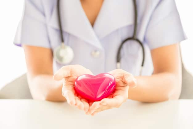 Kobieta lekarz trzymająca w dłoniach serce